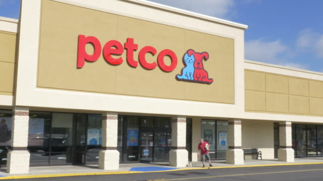 vidéos et rushes de pet store petco in small town christiansburg va usa - store