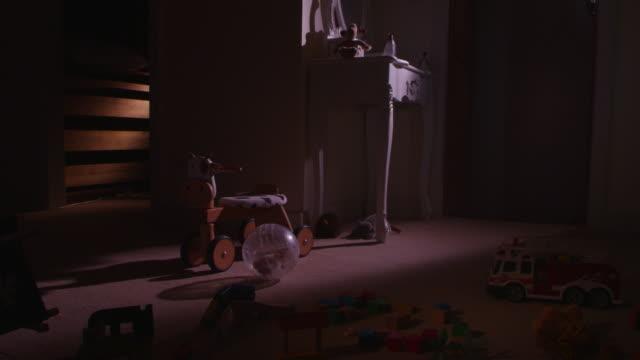 vídeos y material grabado en eventos de stock de ws pet syrian hamster rolling exercise ball across floor of childs dark bedroom - hamster