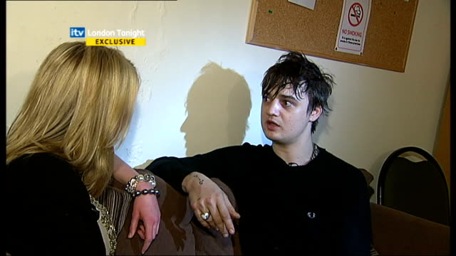 vídeos de stock e filmes b-roll de pete doherty interview *** aston doherty interview sot i was checking youtube and we did an interview like this and the interviewer mentioned kate... - itv london tonight