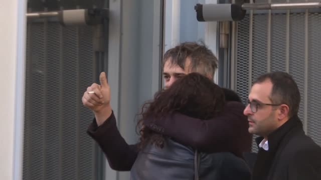 stockvideo's en b-roll-footage met pete doherty's lawyer reacts after the british singer was handed a three month suspended prison sentence two years' probation and a 5,000 euro fine... - probatie