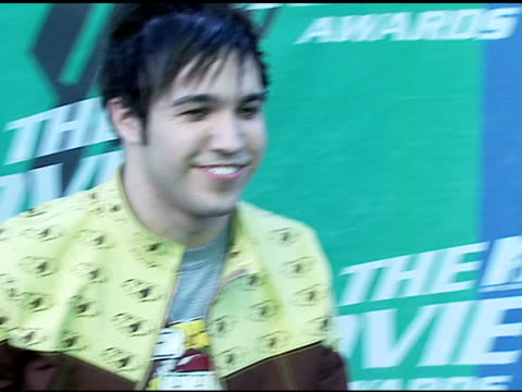 pete wentz of fall out boy at the 2006 mtv movie awards red carpet at sony pictures studios in culver city california on june 3 2006 - 2006 stock videos & royalty-free footage