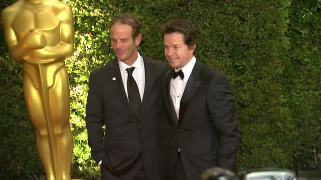 peter berg mark wahlberg at academy of motion picture arts and sciences' governors awards in hollywood ca on - 映画芸術科学協会点の映像素材/bロール