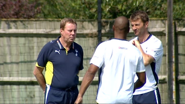 peter crouch signs for tottenham hotspur; tottenham players including crouch warming up / harry redknapp chatting with les ferdinand and tim sherwood... - ハリー レッドナップ点の映像素材/bロール