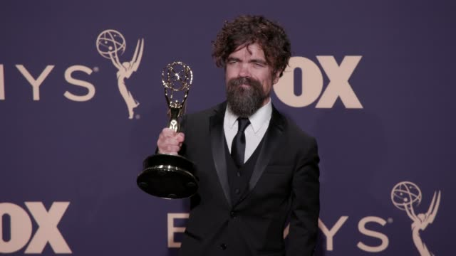 vídeos y material grabado en eventos de stock de peter dinklage at the 71st emmy awards - press room at microsoft theater on september 22, 2019 in los angeles, california. - premios emmy