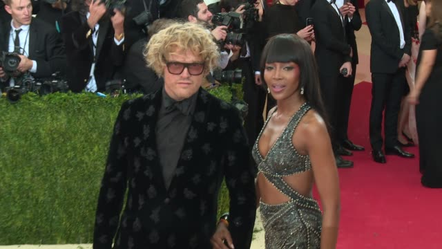 peter dundas naomi campbell at manus x machina fashion in an age of technology costume institute benefit gala arrivals at metropolitan museum of art... - manus x machina: fashion in an age of technology stock videos and b-roll footage