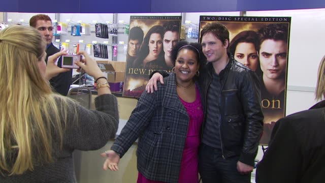 peter facinelli at the summit home entertainment's 'new moon' dvd launch event - ny at new york ny. - peter facinelli video stock e b–roll