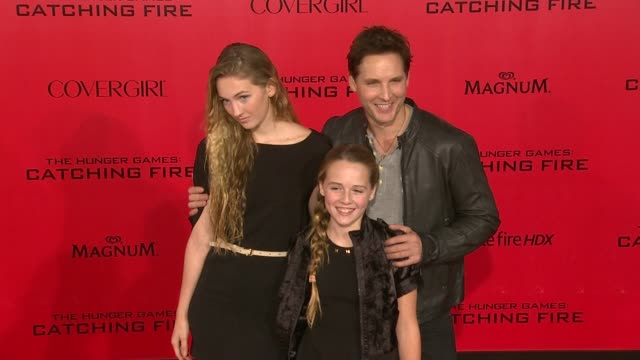 """peter facinelli, luca bella facinelli at """"the hunger games: catching fire"""" los angeles premiere in los angeles, ca, on . - peter facinelli video stock e b–roll"""
