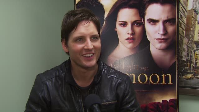 peter facinelli on one of his favorite scenes in new moon when jackson stayed in character despite a misshap. at the summit home entertainment's 'new... - peter facinelli video stock e b–roll
