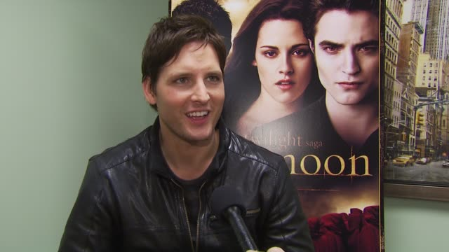 peter facinelli on the fans, and loving their energy. at the summit home entertainment's 'new moon' dvd launch event - ny at new york ny. - peter facinelli video stock e b–roll