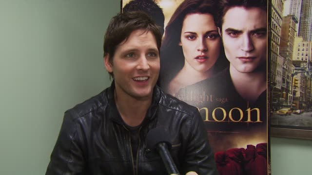 peter facinelli on what's included in the dvd, and the behind-the-scenes documentary. at the summit home entertainment's 'new moon' dvd launch event... - peter facinelli video stock e b–roll