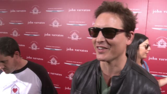 peter facinelli on why he wanted to support john varvatos and stuart house, what he loves about john varvatos' style, how he would describe his sense... - peter facinelli video stock e b–roll