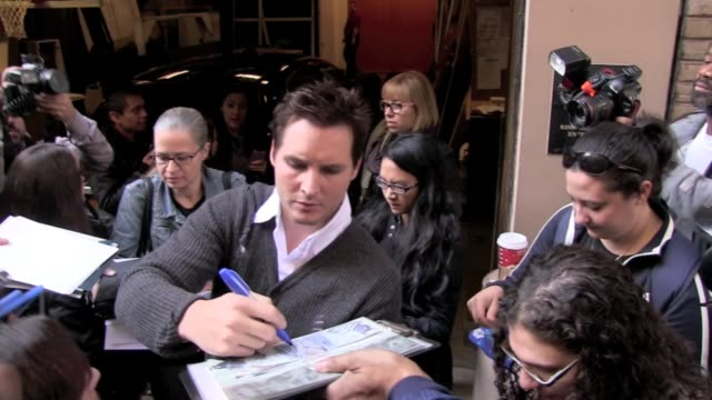 peter facinelli signs autographs for fans as he departs 'live with regis & kelly' in new york 11/08/11 - peter facinelli video stock e b–roll