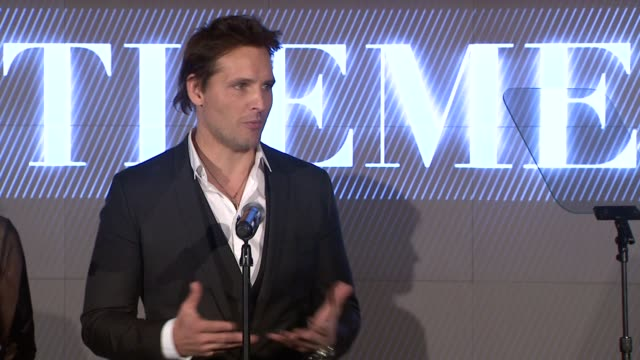 peter facinelli speech at podium on his work with recycle across america. on being here with his dad, and how his dad supported him. jokes about... - peter facinelli video stock e b–roll