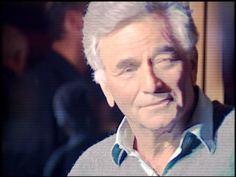 peter falk at the premiere of 'the crossing guard' on november 9 1995 - peter falk stock-videos und b-roll-filmmaterial