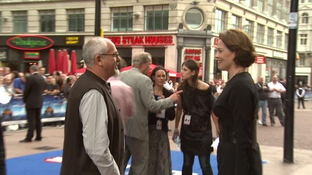 vidéos et rushes de peter gabriel and sigourney weaver at the walle uk premiere at london london - sigourney weaver