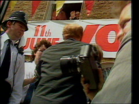 stockvideo's en b-roll-footage met profile lib london walworth road ext labour party staff gathered outside labour party hq applauding arrival of kinnock and wife glenys kinnock peter... - peter mandelson
