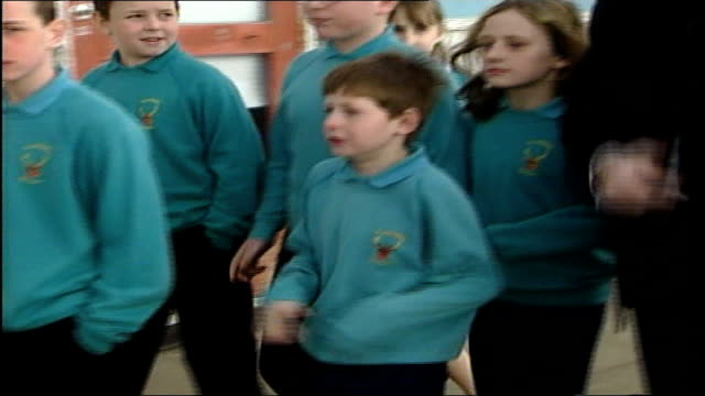 stockvideo's en b-roll-footage met peter mandelson visits a primary school england hartlepool ext peter mandelson mp out of car along towards primary school / mandleson greeting... - peter mandelson