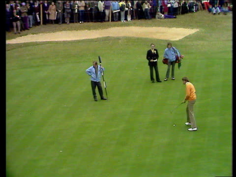 peter oosterhuis misses his putt on 15th hole to give tom weiskopf victory 4 and 3 world matchplay championship semi final wentworth 1972 - schottenkaro stock-videos und b-roll-filmmaterial