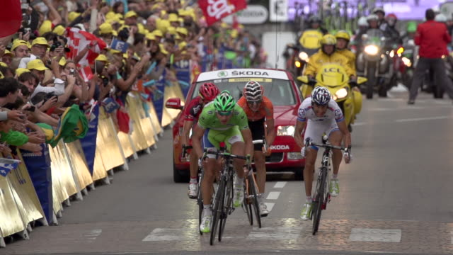 peter sagan sprints acros finish line in stage 14 of the 2012 tour de france - ツール・ド・フランス点の映像素材/bロール