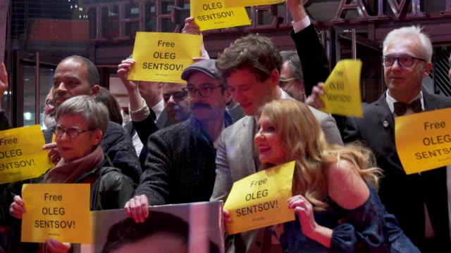 vídeos y material grabado en eventos de stock de peter sarsgaard, agnieszka holland, james norton protests against the imprisonment of oleg sentsov at 'mr. jones' premiere - 69th berlin film... - peter sarsgaard