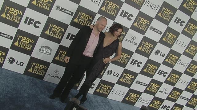 vídeos y material grabado en eventos de stock de peter sarsgaard and maggie gyllenhaal at the 2010 film independent's spirit awards - arrivals at los angeles ca. - peter sarsgaard