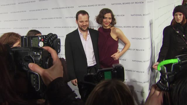 vídeos y material grabado en eventos de stock de peter sarsgaard and maggie gyllenhaal at the 2010 national board of review awards gala at new york ny. - peter sarsgaard