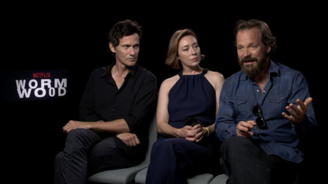 vídeos y material grabado en eventos de stock de peter sarsgaard, molly parket, christian camargo on the tragic character of eric and how we are a lot more suspicious of the truth today at... - peter sarsgaard