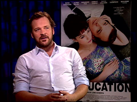 vídeos y material grabado en eventos de stock de peter sarsgaard on his character and trying not to judge him. at the 'an education' junket at beverly hills ca. - peter sarsgaard