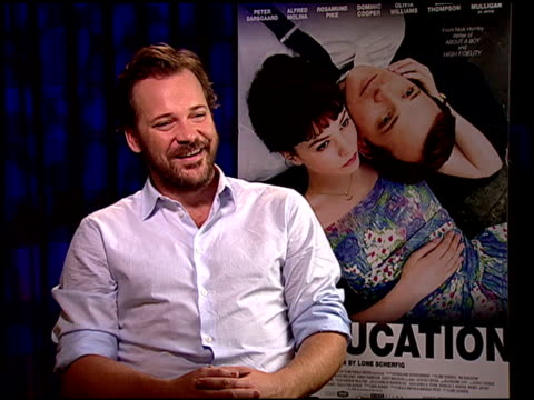 vídeos y material grabado en eventos de stock de peter sarsgaard on his character being a bridge between the two time periods in the film. at the 'an education' junket at beverly hills ca. - peter sarsgaard