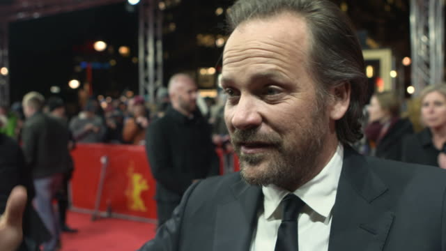 vídeos y material grabado en eventos de stock de peter sarsgaard talk about the importance of the project at the berlinale at 68th berlin film festival: the looming tower red carpet at zoo palast on... - peter sarsgaard