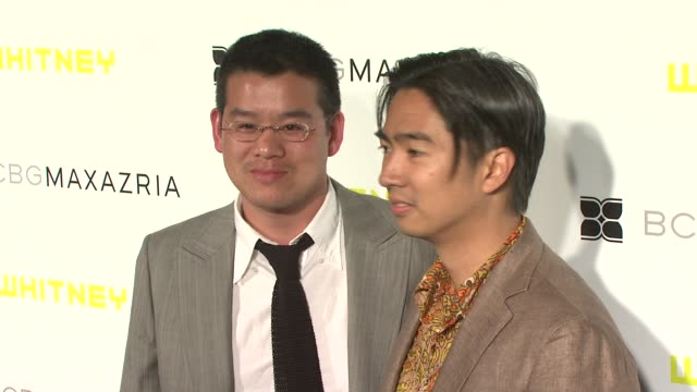 peter som and guest at the whitney contemporaries host art party benefiting the whitney museum of american art's independent study program at... - peter som marchio di design video stock e b–roll