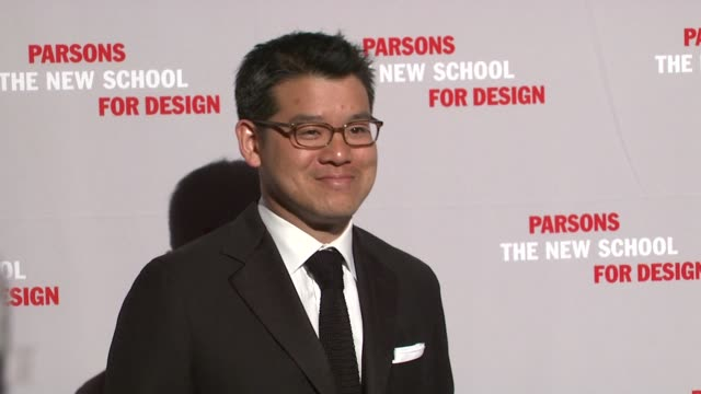 peter som at the 2009 parsons fashion benefit honoring calvin klein at new york ny - peter som marchio di design video stock e b–roll