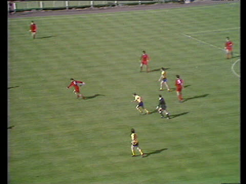 vídeos de stock e filmes b-roll de peter thompson plays ball wide on left to steve heighway who charges into box drilling low shot past goalkeeper bob wilson scoring for liverpool,... - bob wilson futebol