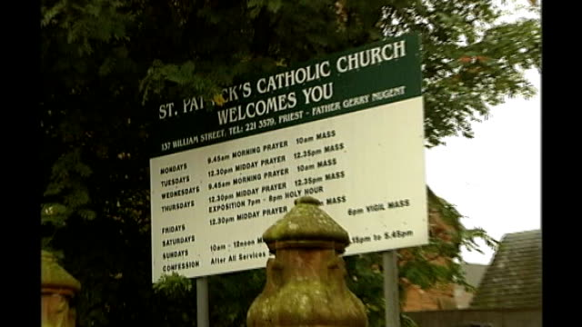 vídeos y material grabado en eventos de stock de peter tobin convicted of dinah mcnicol murder t01100603 glasgow sign 'st patrick's catholic church welcomes you' pull out two police officers... - glasgow escocia