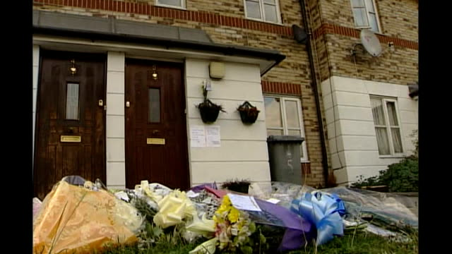 vidéos et rushes de 18 year old man convicted canning town bouquets of flowers outside house where peter woodhams lived - composition florale