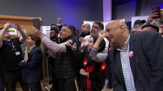 labour wins seat england cambridgeshire peterborough kingsgate conference centre int labour supporters chanting 'lisa' sot various shots of lisa... - nachwahl stock-videos und b-roll-filmmaterial