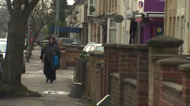 vidéos et rushes de peterborough street scenes focussing on muslim community - islam