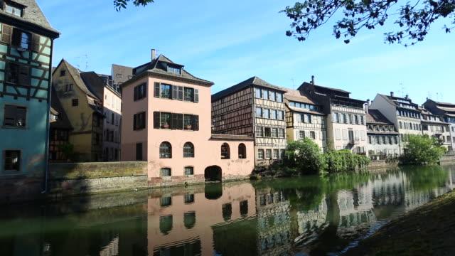 vídeos de stock e filmes b-roll de petit france strasbourg - estrasburgo