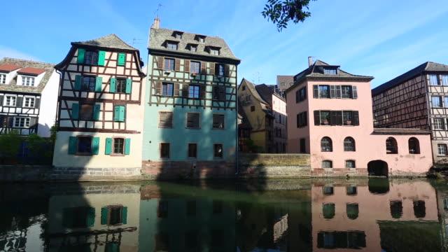 vídeos de stock e filmes b-roll de petite france in strasbourg, realtime - estrasburgo