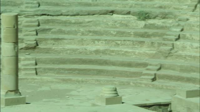 petra archaeological site and amphitheatre, columns, jordan - アラバ砂漠点の映像素材/bロール
