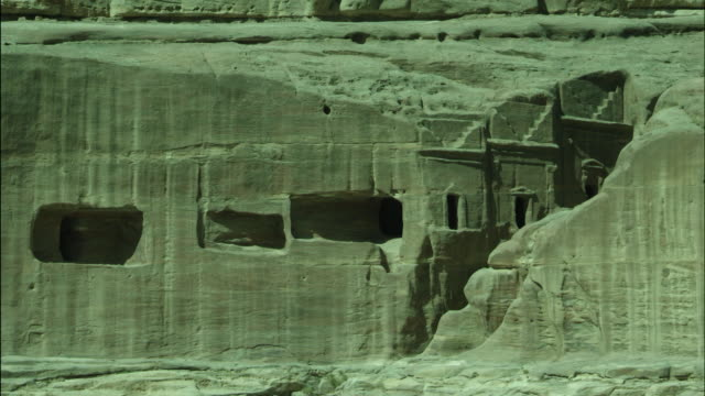 petra archaeological site and amphitheatre, tilt down to columns, jordan - アラバ砂漠点の映像素材/bロール