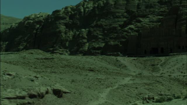 petra archaeological site, base of mountain pan, jordan - アラバ砂漠点の映像素材/bロール