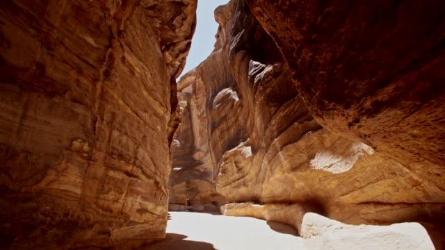 vídeos de stock e filmes b-roll de petra - the narrow passage (siq) that leads to petra, jordan - petra