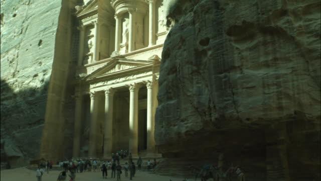 petra the treasury building, pan right, jordan - アラバ砂漠点の映像素材/bロール