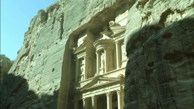 petra the treasury building, tilt down, jordan - アラバ砂漠点の映像素材/bロール