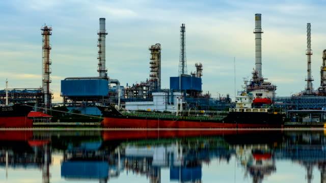 petrochemischen industrie-öl-raffinerie mit reflexion, zeitraffer - ölindustrie stock-videos und b-roll-filmmaterial