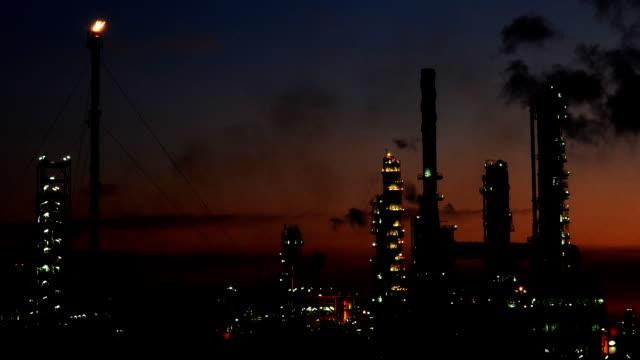 Petrochemischen Industrie auf Sunshine dunklen blauen Himmel, Video Zeitraffer.