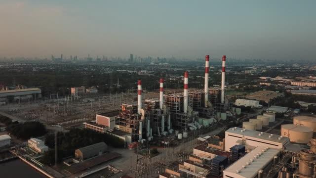 vídeos de stock e filmes b-roll de petrochemical plant power plant station city view background:energy concept - central elétrica