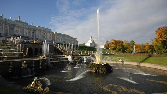 petrodvorets (peterhof) (summer palace), near st. petersburg, russia, europe - time lapse - palacio stock videos & royalty-free footage