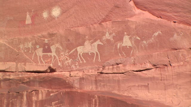ms petroglyph depicting arrival of a spanish expedition on horseback/ canyon de chelly national monument, arizona - male likeness stock videos & royalty-free footage
